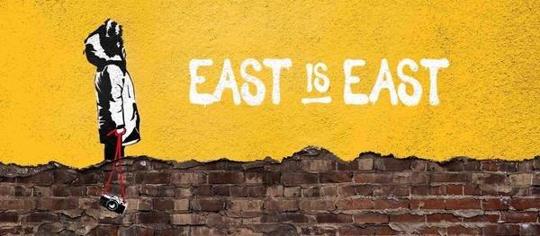Display east is east 2578x1128